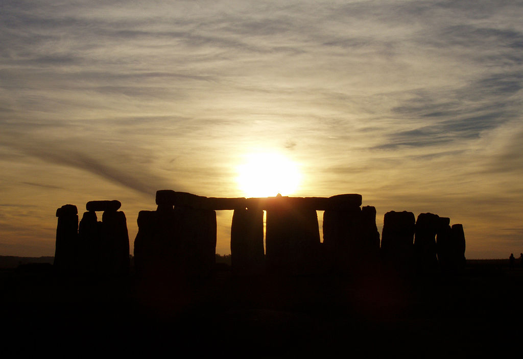 1024px-Stonehenge_cloudy_sunset
